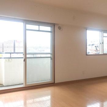 【LDK】東向きに窓がふたつ。窓は機能性重視の二重窓です!