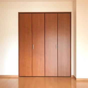 【洋室】こちらのお部屋も形はシンプルです。