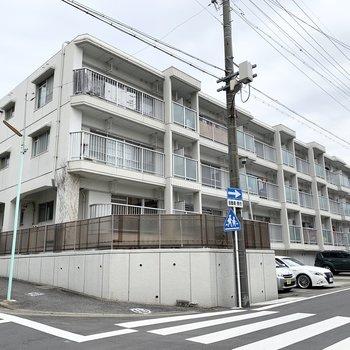 角地に建つ3階建の鉄筋コンクリートマンションです。