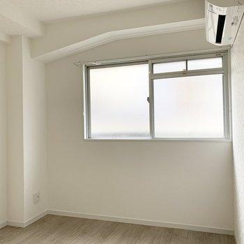 【洋4.5】構造体のデコボコが良い雰囲気の4.5帖のお部屋です。エアコン付なのも嬉しい◎