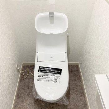 その奥におトイレ。壁付ウォシュレットのスタイリッシュなタイプです。