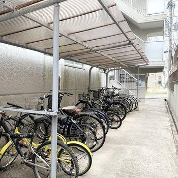 アプローチには自転車置場も。