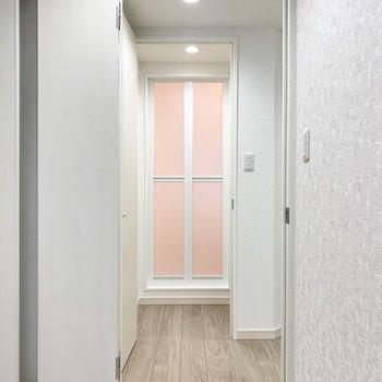 LDKのドアの正面には脱衣所とお風呂。