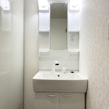 給湯器の奥にシャンプードレッサー。こちらもピカピカ◎