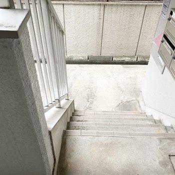 1階のお部屋ですが、階段を数段上った高さにあります。
