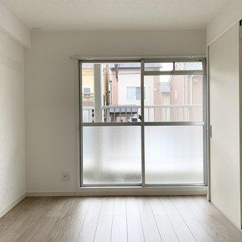【洋6】こちらのお部屋は6帖。LDKと同じ掃き出し窓があります。