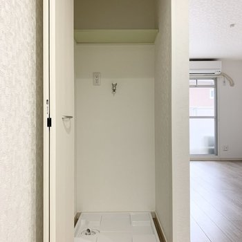 キッチンの後ろにチラッと見えていた扉の中に、洗濯機置場。家事動線が良さそう◎