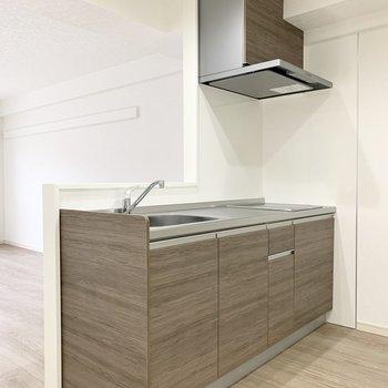 キッチンも新しく。上部に吊戸棚がないので開放感があります。