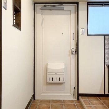 玄関タタキがDKの床と合わせられていて、広い雰囲気。