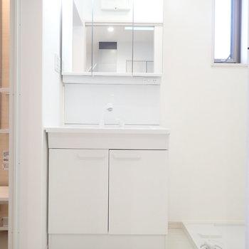 洗面台と洗濯機はおとなりさんです。