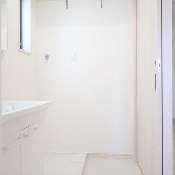 上には洗剤などを置ける棚があります。