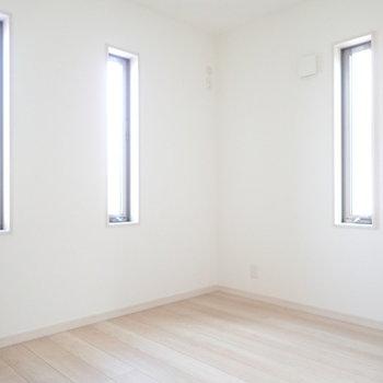 【洋室①】縦長の窓が3つです。
