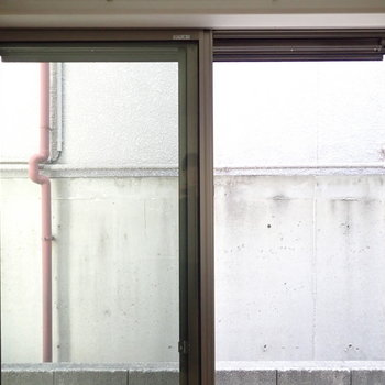 【洋室②】窓からはとなりの壁です。