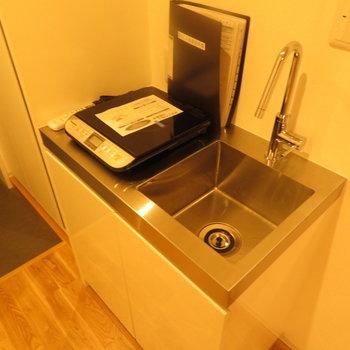キッチンはコンパクトに ※別部屋写真。実際は家具家電付きです
