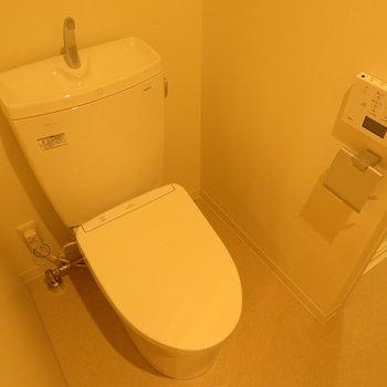 これも真新しいトイレです ※別部屋写真。実際は家具家電付きです