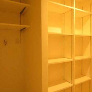 これでもかと棚が ※別部屋写真。実際は家具家電付きです