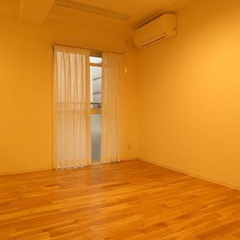 かなり新しいエアコンも完備 ※別部屋写真。実際は家具家電付きです