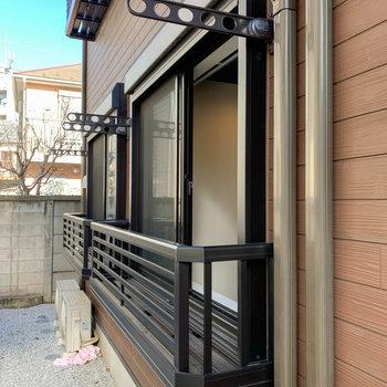 物干しは窓の外側に。落下防止のフラワーボックスが付いています