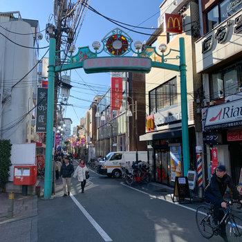 駅からの道のりにも商店街。飲食店が豊富です
