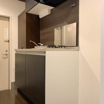 キッチンの右に冷蔵庫置き場 ※写真はクリーニング前のものです