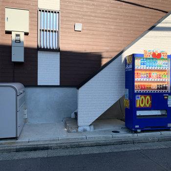 建物横に、自販機とゴミ置き場