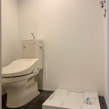 脱衣所にトイレと洗濯機置き場 ※写真はクリーニング前のものです