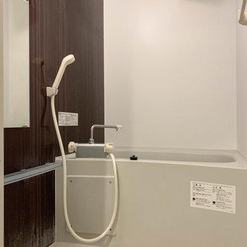 シンプルなお風呂です ※写真はクリーニング前のものです