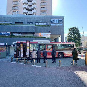 徒歩2分のとこにバス停があります。新宿駅や中野駅へ行けます