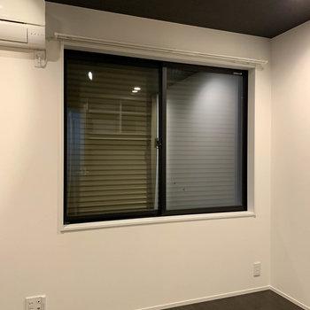 窓には雨戸が付いています