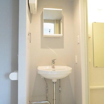 シンプルな洗面台。収納は鏡の裏に