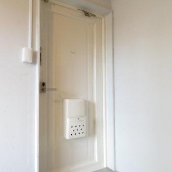 玄関扉は白くて壁と似た色に