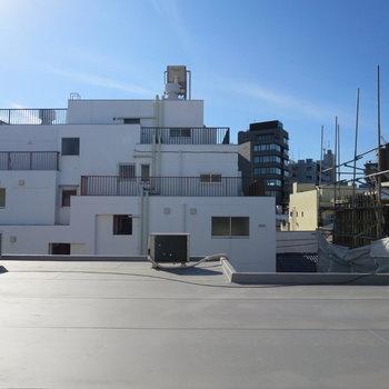 細長い窓からはお隣さんの屋上が見えます