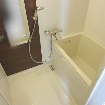 お風呂はこじんまりと※写真はクリーニング前のものです