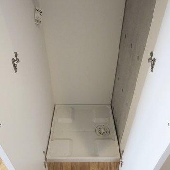 手前の扉には洗濯機置き場が隠れていました※写真はクリーニング前のものです