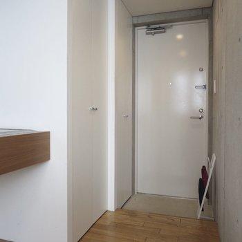 玄関前には扉が2つ