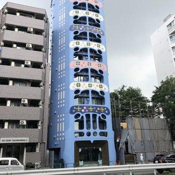 可愛らしいペイントがされた建物です。