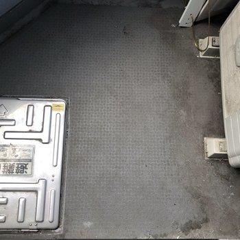 バルコニーはコンパクト。洗濯物はこまめにしましょう。※写真は5階の同間取り別部屋のものです