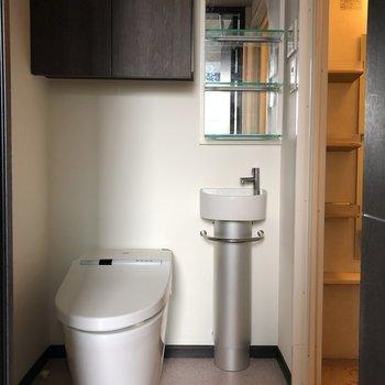 ミニマルなデザインの洗面台とトイレ。横に洗濯機置き場もありました。※写真は5階の同間取り別部屋のものです