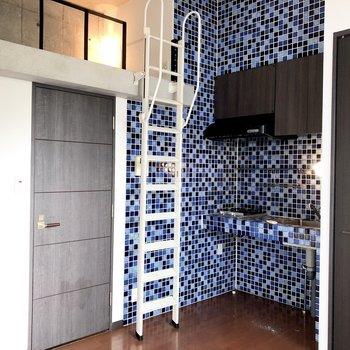 キッチンは個性的。ポップでかわいい。※写真は5階の同間取り別部屋のものです