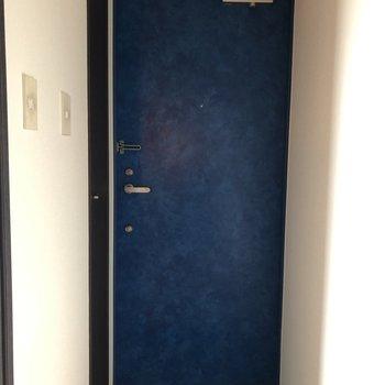 ドアは深いブルーで落ち着きます。※写真は5階の同間取り別部屋のものです