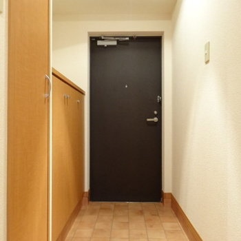 玄関のタイル、好きです。(※写真は4階の同間取り角部屋のものです)