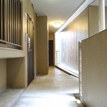 廊下も清潔に。(※写真は4階の同間取り角部屋のものです)