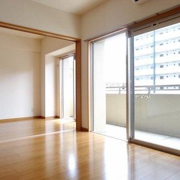 お隣のお部屋とは引き戸で区切ることができますよ!(※写真は4階の同間取り角部屋のものです)
