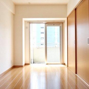 お隣も明るいお部屋。(※写真は4階の同間取り角部屋のものです)