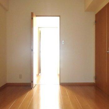 隣のお部屋へ繋がっていました。(※写真は4階の同間取り角部屋のものです)