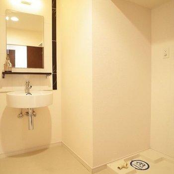 ホテルライクな洗面台◎脱衣所には洗濯パンもありますよ!(※写真は7階の同間取りモデルルームのものです)
