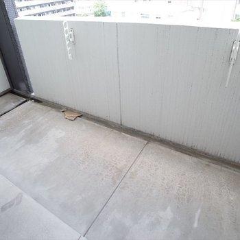 ひとり暮らしにちょうどいいバルコニーの広さ!(※写真は7階の同間取りモデルルームのものです)
