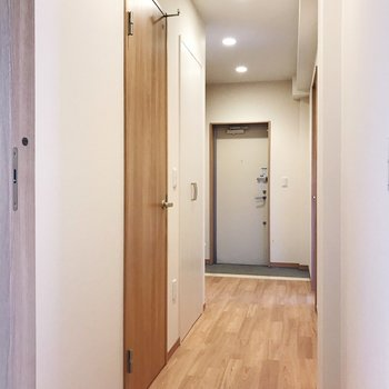 サニタリーとキッチンから廊下へ繋がります。