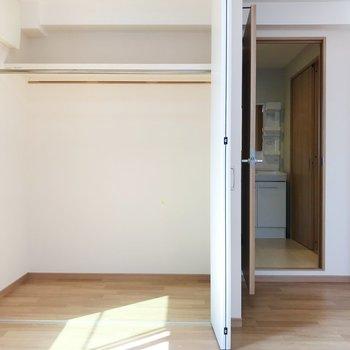 【洋室】たっぷり収納できそうですね◎洋室からサニタリーへ繋がります。