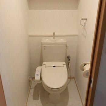 トイレはウォシュレット付き。(※写真は9階の同間取り別部屋のものです)